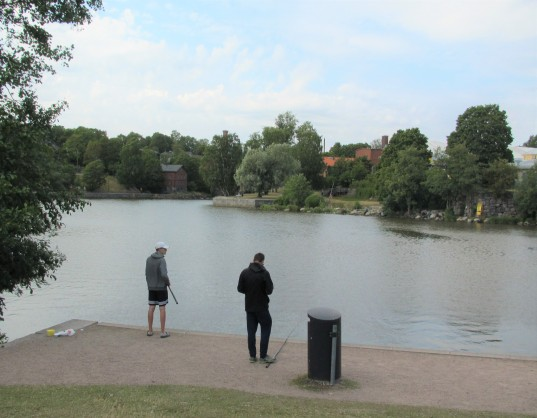 Vanhankaupunginkoski kalastapojat seisoen