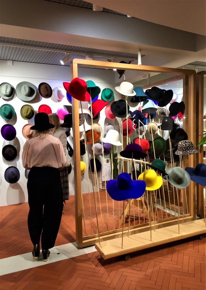 Kämp hattukauppa en musta hattu päässä.jpg
