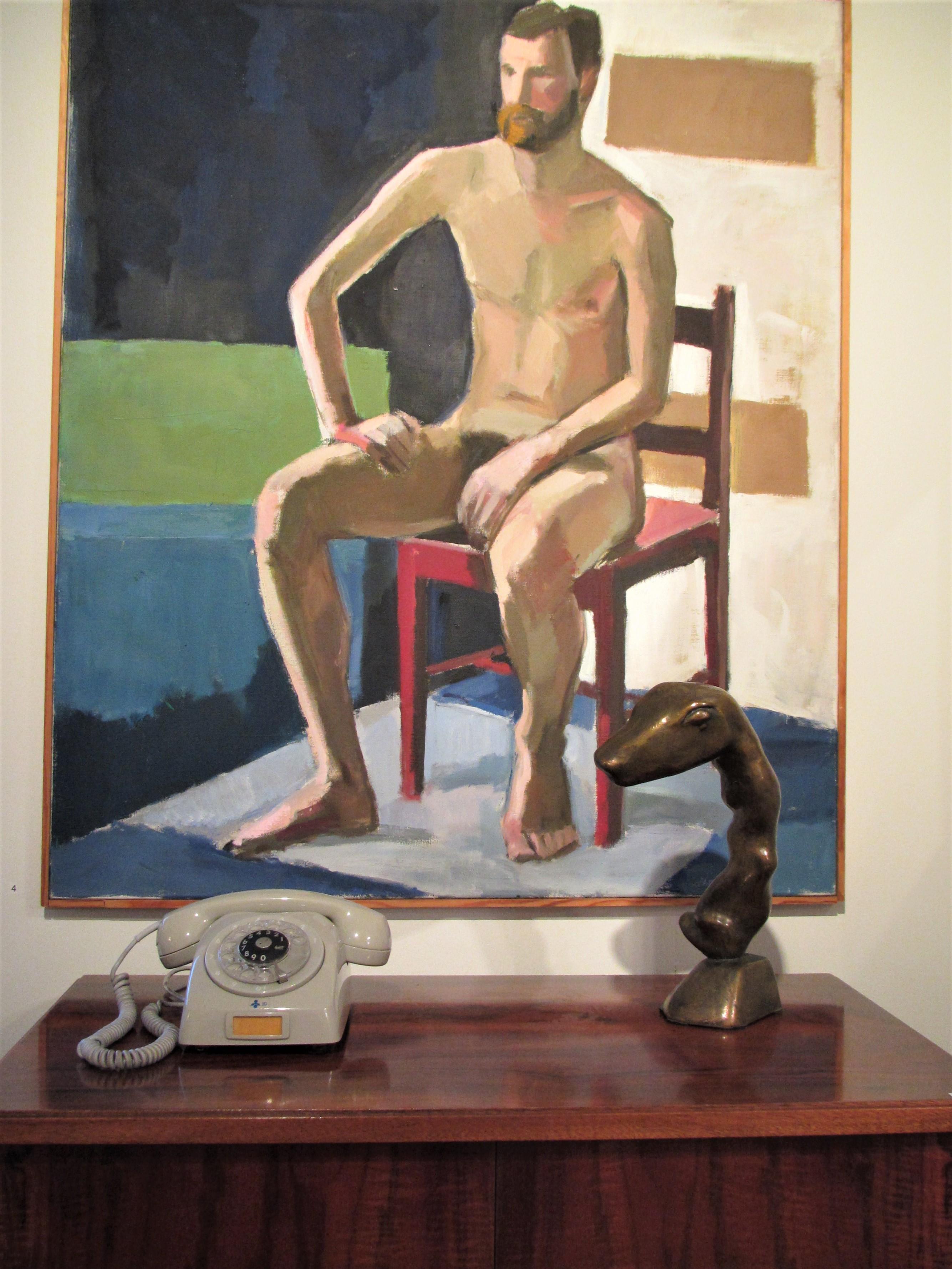 Kirpilä istuva alaston mies puhelin pöytä