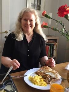Kamppi Liisa Namaskaar syömässä